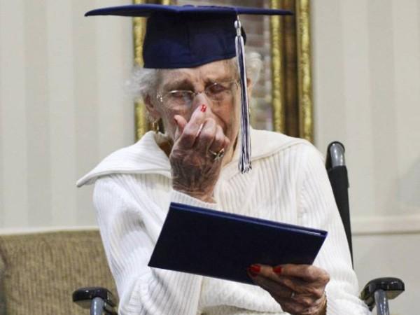 97 tuổi mới nhận bằng tốt nghiệp cấp 3 ảnh 1