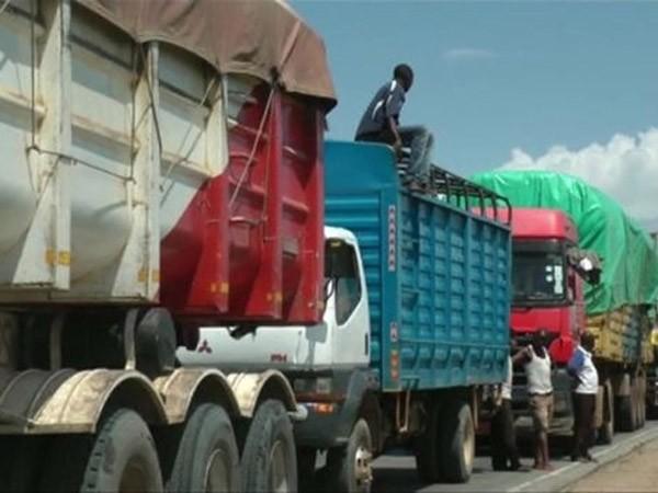 1.500 xe tải kẹt cứng trên đoạn đường dài 50km ảnh 1