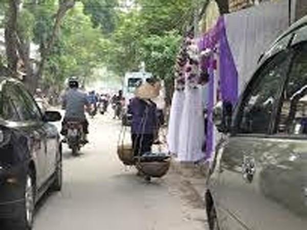 Khá nhiều rạp đám cưới được dựng trên vỉa hè