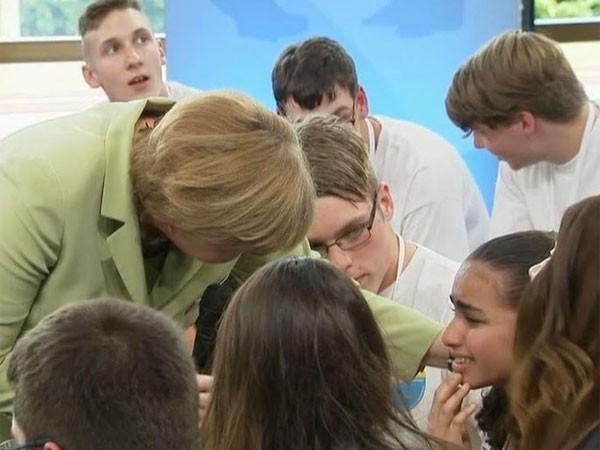 Bé gái bật khóc trước Thủ tướng Đức được tị nạn đến 2017 ảnh 1