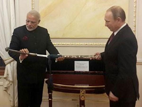 Tổng thống Putin tặng Thủ tướng Ấn Độ bảo kiếm hơn 300 tuổi ảnh 1
