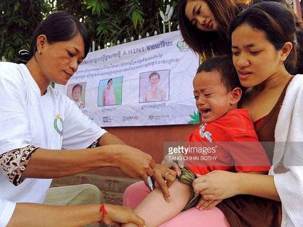 Trẻ em Campuchia được tiêm vaccine phòng cúm A/H1N1