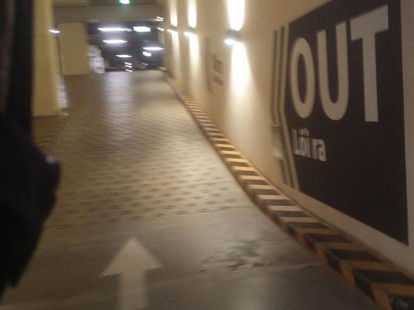Đường lên xuống hầm gửi xe có độ dốc rất cao tại một tòa nhà cao tầng ở phố Đào Tấn, quận Ba Đình