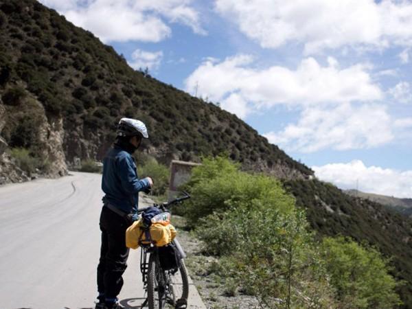 Một du khách đạp xe ngắm cảnh ở Tây Tạng