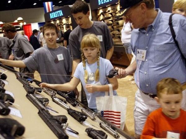 Ngành công nghiệp súng đạn Mỹ lợi dụng cả trẻ em ảnh 1