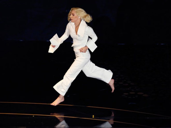 Lady Gaga hóa mình vào màn ballad