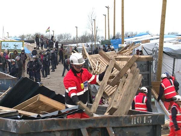 Cảnh sát chống bạo động và lực lượng chức năng Pháp giải tỏa trại tị nạn trái phép ở thành phố cảng Calais
