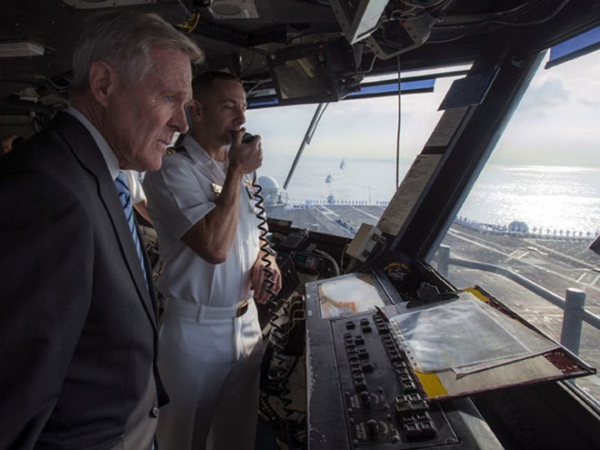 Bộ trưởng Quốc phòng Mỹ Ash Carter trong một lần thị sát trên tàu sân bay Ronald Reagan hoạt động ở Thái Bình Dương