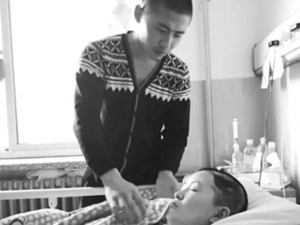 Lưu Phượng Hòa chăm sóc bạn gái trên giường bệnh đã từng lay động bao trái tim người Trung Quốc