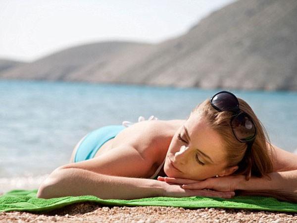 Phụ nữ trẻ hơn khi tránh ánh nắng mặt trời ảnh 1