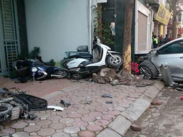 Hiện trường vụ tai nạn làm chết 3 người tại phường Bồ Đề, quận Long Biên do lái xe là nhân viên điểm rửa xe gây ra