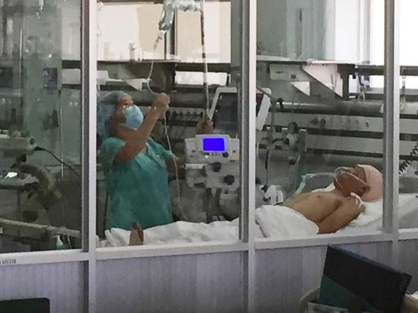 Nạn nhân Bùi Hoàng Thiên Phương đang được điều trị tại bệnh viện rong tình trạng hôn mê sâu