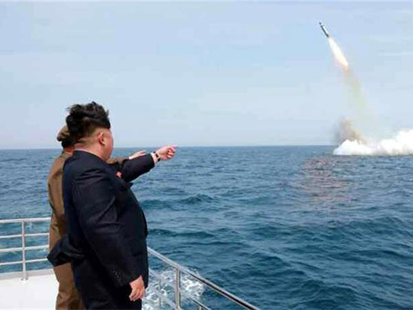 Nhà lãnh đạo Triều Tiên Kim Jong-un trong một lần theo dõi phóng thử tên lửa từ tàu ngầm của nước này