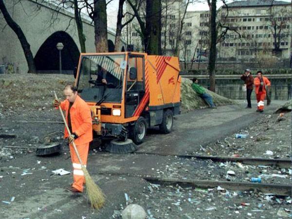 Công nhân đang quét kim tiêm tại nhà ga Letten ở Zurich năm 1995