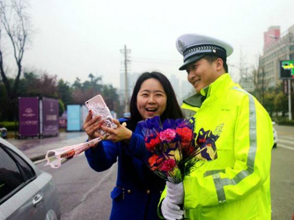 Món quà bất ngờ của cảnh sát giao thông ảnh 1