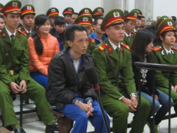 Vợ chồng Nguyễn Quốc Trung (hàng ghế đầu) tại phiên tòa, tháng 11-2015