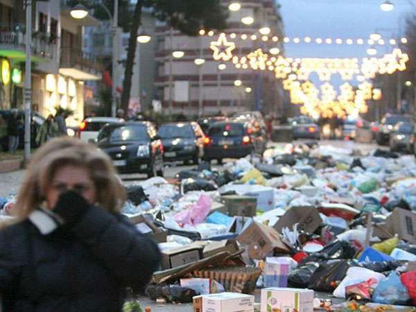 Lebanon rơi vào cuộc khủng hoảng rác thải hiếm có khi rác chất đống trên nhiều đường phố ở Thủ đô Beirut