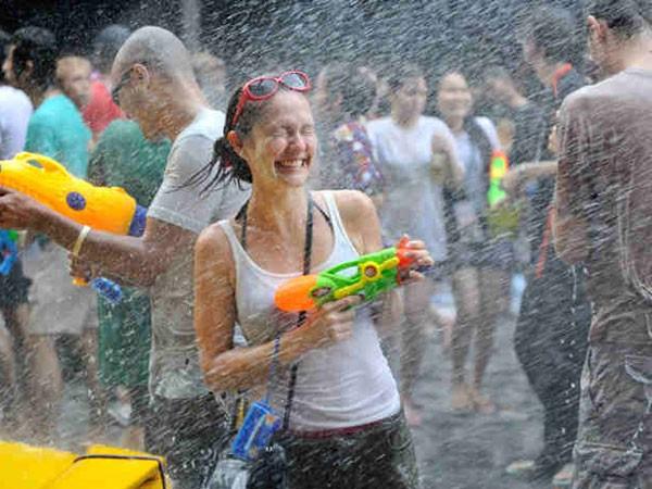 Thủ đô Bangkok ban hành lệnh giới nghiêm vào ngày Tết té nước để biểu thị đoàn kết với nông dân bị hạn hán