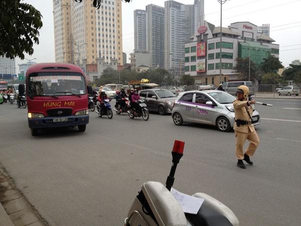 CSGT lập ngay chốt xử lý ở khu vực gần cổng bến xe Mỹ Đình trên đường Phạm Hùng để xử lý các xe khách vi phạm