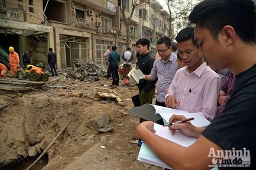 Cán bộ Sở Xây dựng TP Hà Nội khẩn trương đánh giá mức độ nguy hiểm của các căn nhà bị hư hại để lên phương án tạm cư, hỗ trợ người dân ổn định cuộc sống