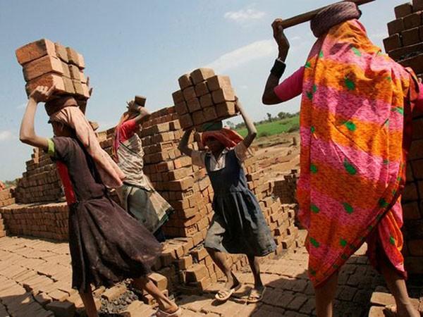 Lao động ở các lò gạch phải làm việc không ngừng nghỉ suốt 6 tháng trong điều kiện vô cùng khắc nghiệt
