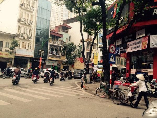 """Khu vực đầu chợ Hòa Bình, phường Phố Huế, Hà Nội, nơi được nick name """"M"""" mô tả xảy ra vụ nghi có dấu hiệu bắt cóc trẻ em"""