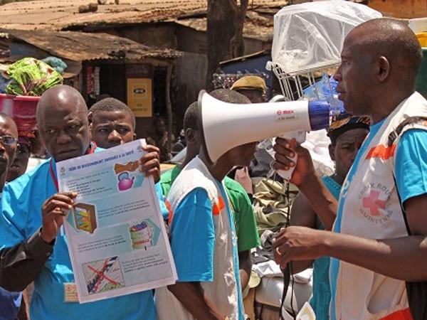Nhân viên y tế ở Guinea tuyên truyền cách phòng dịch Ebola cho người dân hồi năm 2014