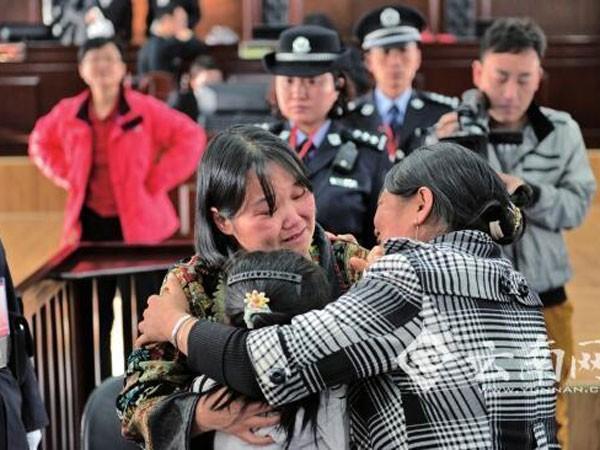 Bị cáo Trương (tóc ngắn) ôm con gái và người thân trong lúc phiên tòa tạm nghỉ