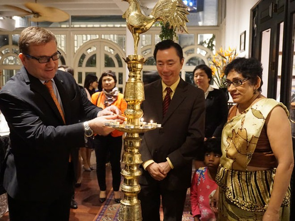 Đại sứ Hasanthi (bìa phải) mời các thực khách tham gia nghi lễ của Sri Lanka trước khi ngồi vào bàn tiệc