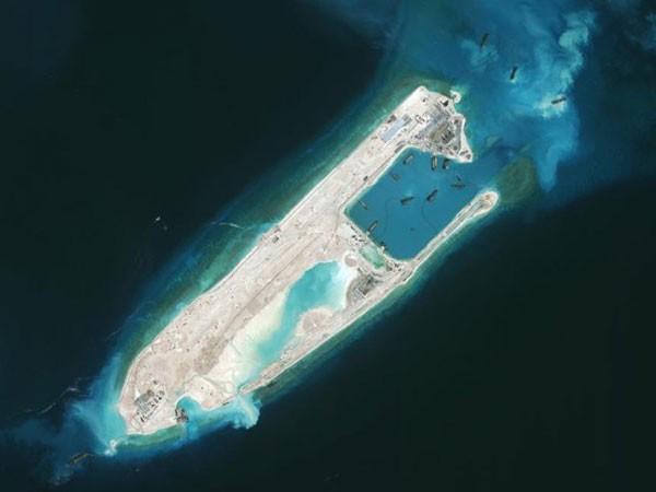 Philippines lên án Trung Quốc đáp máy bay quân sự xuống Đá Chữ Thập ảnh 1