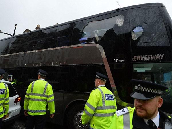 Chiếc xe buýt của M.U bị CĐV quá khích của West Ham tấn công