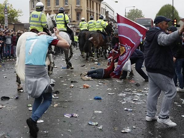 Cảnh sát chống bạo động tới can thiệp