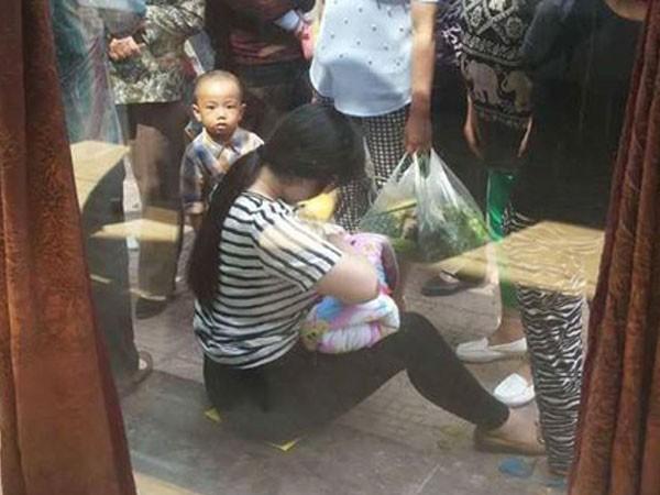 Cho trẻ bị bỏ rơi bú ngay trên phố