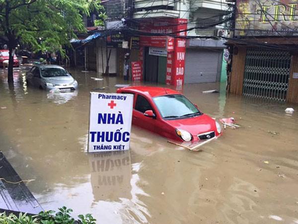 Nhiều tuyến phố bị ngập sâu sau trận mưa sáng 25-5