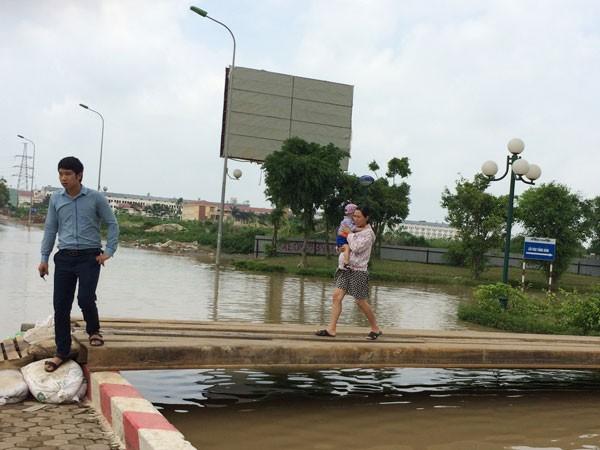 """Chưa """"giải cứu"""" được chung cư bị nước ngập bao vây"""
