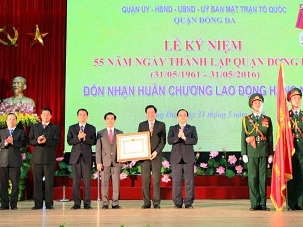 Ủy viên Bộ Chính trị, Bí thư Thành ủy Hoàng Trung Hải thừa ủy quyền của Chủ tịch nước trao Huân chương Lao động hạng Nhất cho quận Đống Đa
