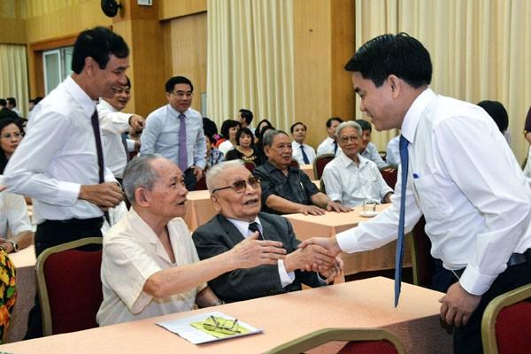 Chủ tịch UBND TP trò chuyện, thăm hỏi các đồng chí nguyên là lãnh đạo quận Hoàn Kiếm