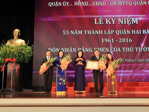Phó Bí thư Thường trực Thành ủy Ngô Thị Thanh Hằng thừa ủy quyền của Thủ tướng Chính phủ trao Bằng khen cho Đảng bộ, chính quyền và nhân dân quận Hai Bà Trưng