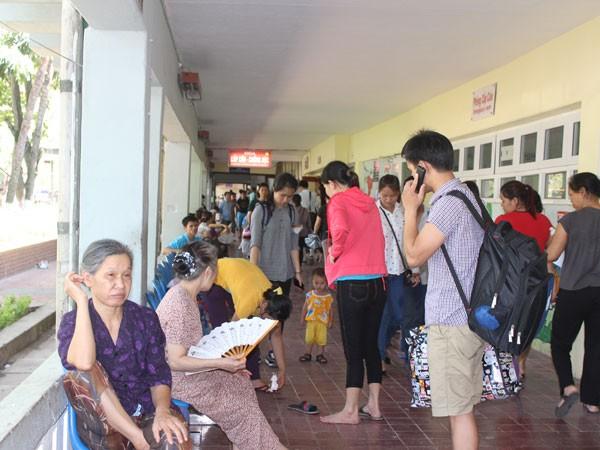 Bệnh nhi đến khám tại Bệnh viện Nhi Trung ương chiều 2-6