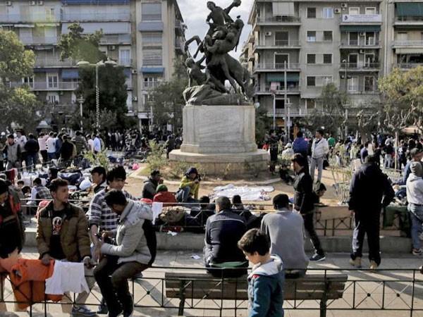 Thanh niên nhập cư thường tìm đến các địa điểm công cộng ở Athens để giải khuây
