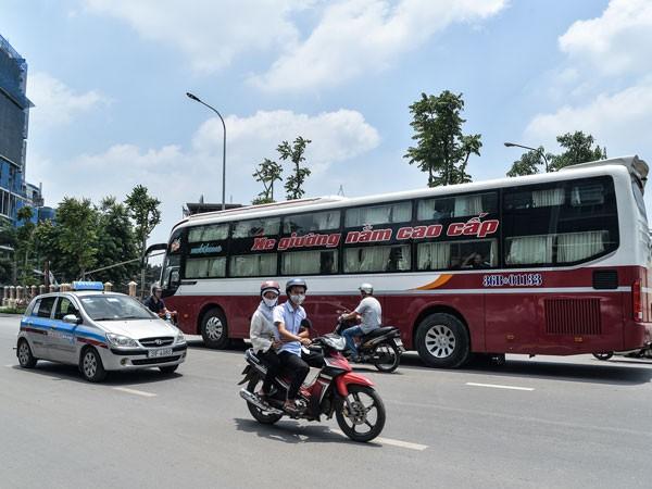 Xe hợp đồng trá hình hoạt động ngay trên tuyến đường kiểu mẫu Lê Trọng Tấn (Ảnh: Phú Khánh)