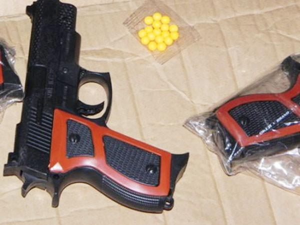 Dùng súng giả cướp tài sản có bị coi là sử dụng vũ khí? ảnh 1