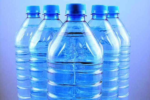 Ổ vi khuẩn trong chai nước bằng nhựa