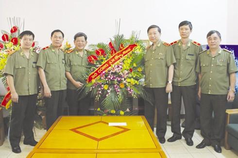 Thượng tướng Tô Lâm, Ủy viên Bộ Chính trị, Bộ trưởng Bộ Công an luôn quan tâm tới những bước phát triển của Báo ANTĐ. Trong ảnh: Đồng chí Tô Lâm (thứ ba từ phải sang) tới thăm, chúc mừng Báo ANTĐ nhân Ngày Báo chí Cách mạng Việt Nam 21-6-2014