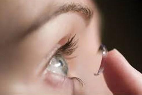 Hại mắt vì lạm dụng kính áp tròng