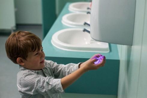 Máy sấy tay bẩn hơn giấy vệ sinh