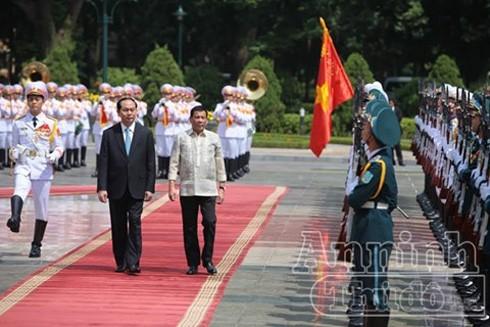 Chủ tịch nước Trần Đại Quang và Tổng thống Cộng hòa Philippines Rodrigo Roa Duterte duyệt Đội danh dự QĐND Việt Nam tại lễ đón