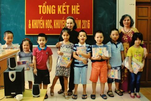 Hội khuyến học tặng quà cho các cháu thiếu nhi ở tổ dân phố