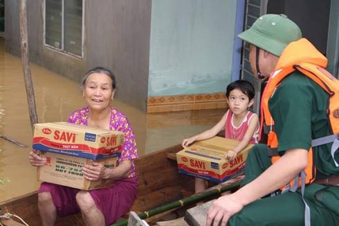 Lực lượng bộ đội biên phòng cứu trợ tại rốn lũ Phương Mỹ, huyện Hương Khê, Hà Tĩnh. Ảnh: Hữu Dánh