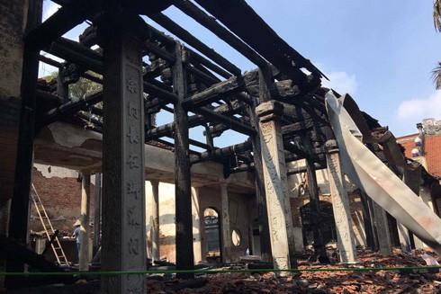 Nhà tổ chùa Tĩnh Lâu (chùa Sải, Tây Hồ, Hà Nội) trơ cột kèo sau đám cháy